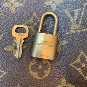 Louis Vuitton Accessories - 🌸🔐#316 Louis Vuitton Key and Look